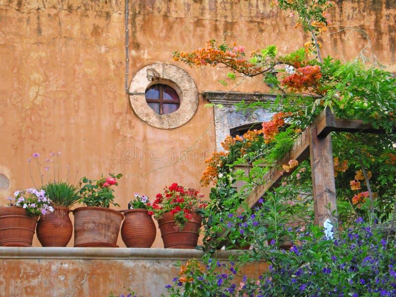 Antiguo muro de monasterio y ollas en Creta fotos de archivo libres de regalías