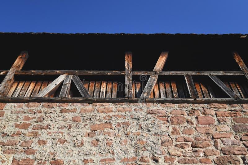 Antiguo muro defensivo de piedra y madera imagenes de archivo