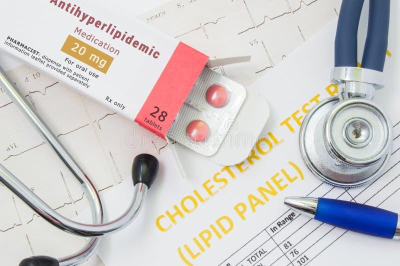 Antihyperlipidemic药物概念照片 包装与药物片剂的Open,书面` Antihyperlipidemic疗程`,说谎 免版税库存图片