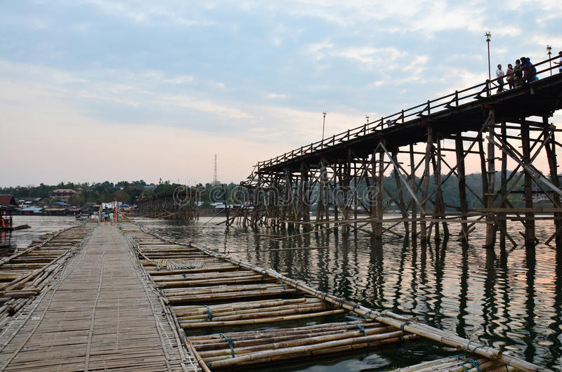 Antik bambubro som i stället förbinder för Saphan måndag för bruk den brutna bron arkivfoton