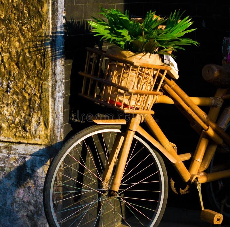 Antik bambucykel royaltyfria bilder