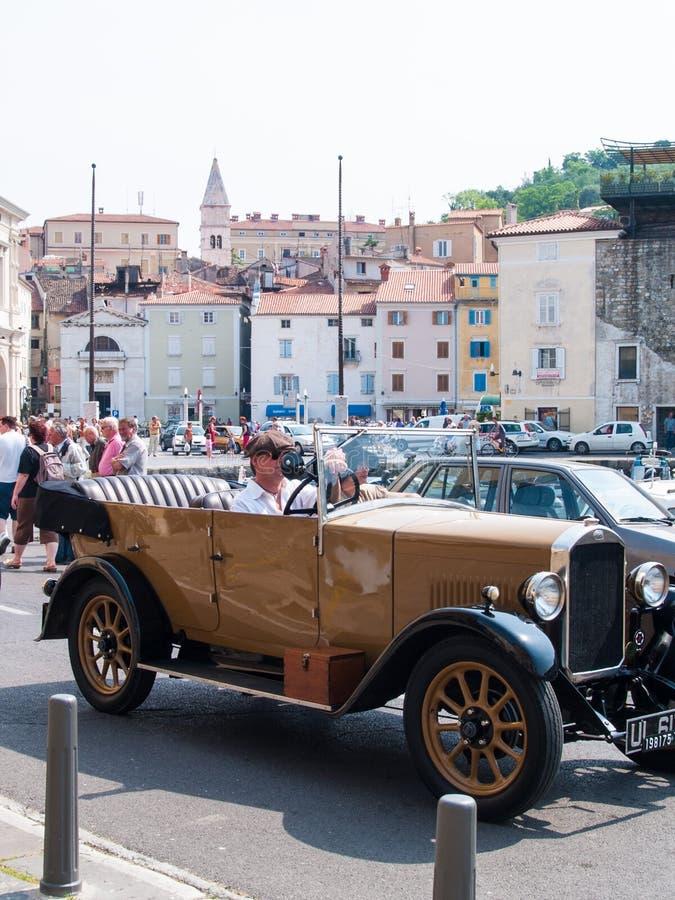 Antik bil i Piran royaltyfri bild