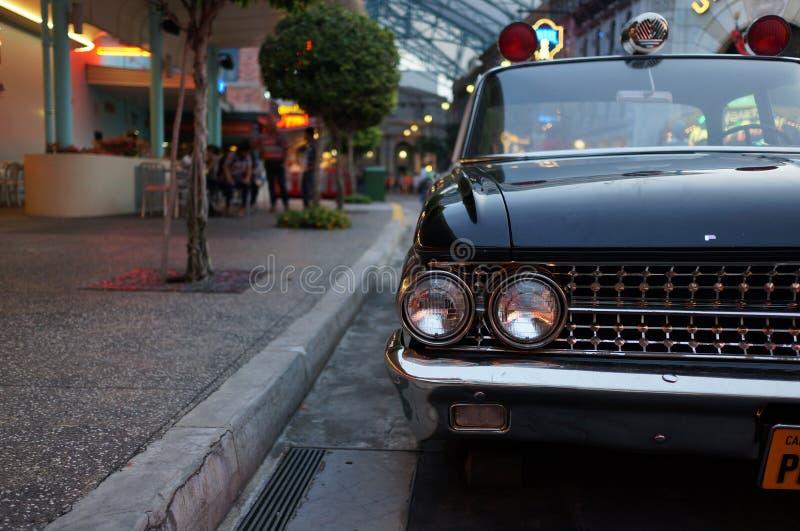 Antik bil i universella studior Singapore royaltyfria bilder