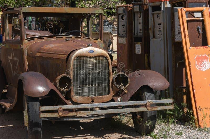 Antik bil och gaspumpar arkivfoto