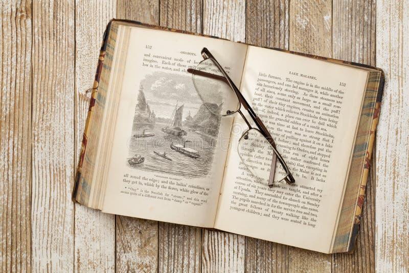 antik bokgrungetabell royaltyfria foton