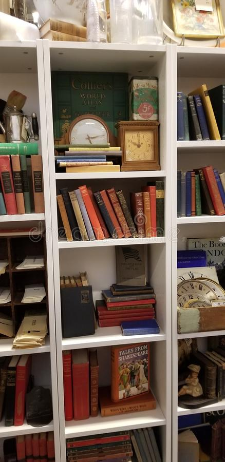Antik bokhylla royaltyfri bild