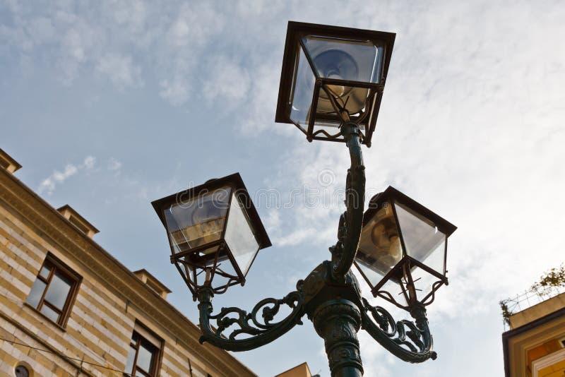 antik bronze genoa lamppost royaltyfria foton
