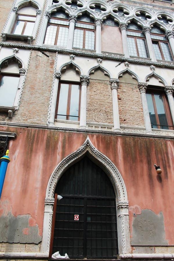 Antik byggnad i staden av venice arkivfoto