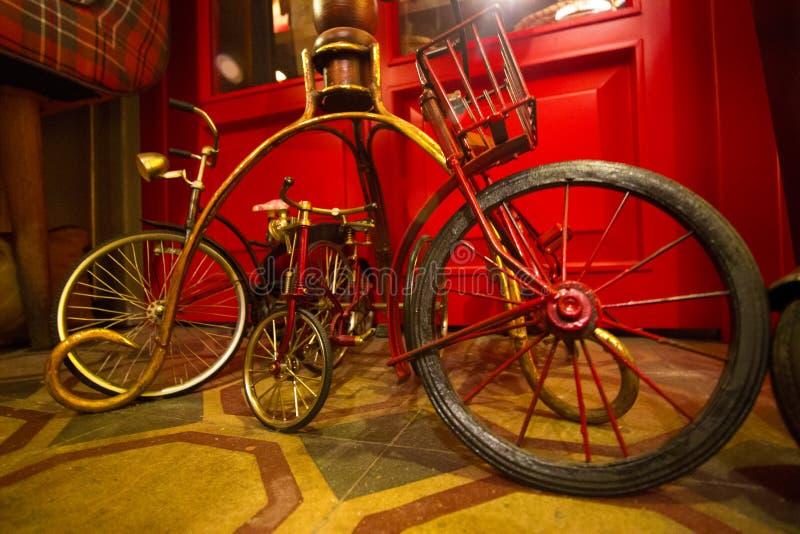Antik cykelleksaker som står sidan - vid - sida - 50-tal royaltyfria foton