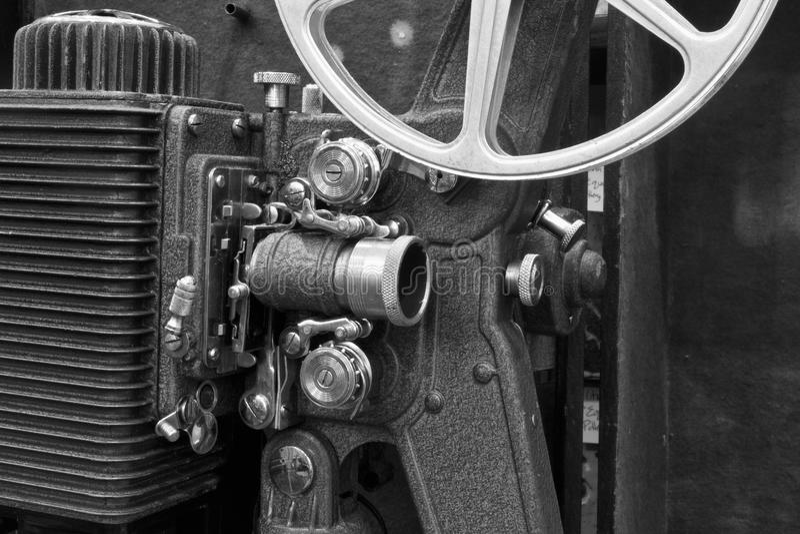 Antik filmprojektor III - antik filmprojektor från 1920'sen eller 1930'sen royaltyfri foto