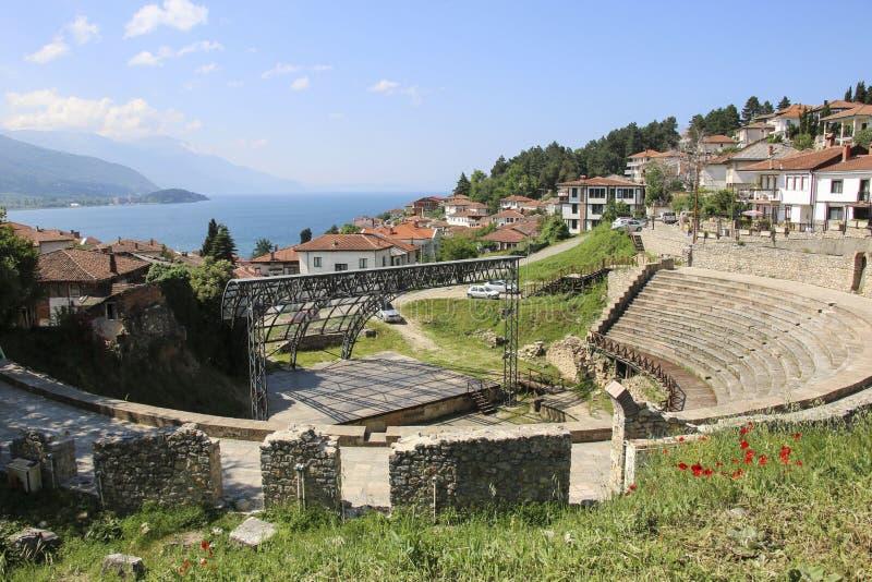 Antik forntida roman amfiteater och sjö Ohrid, republik av norr Makedonien royaltyfri foto