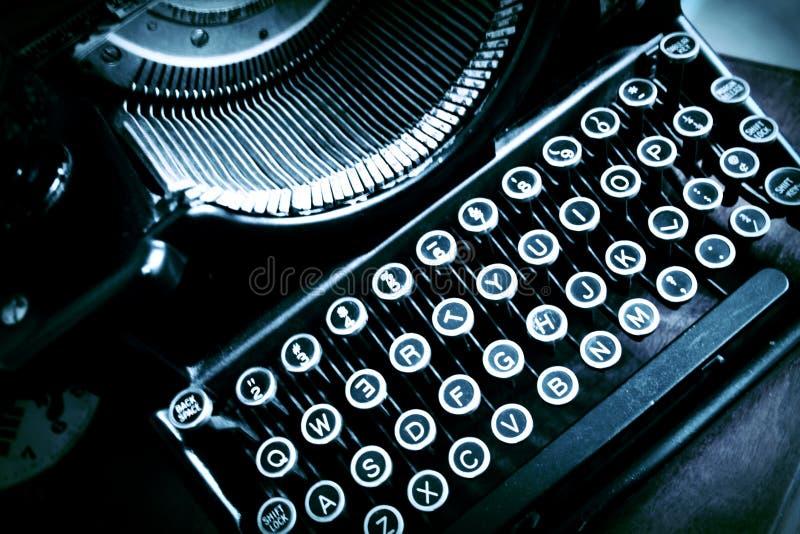 Antik gammal skrivmaskin med skeva bokstäver royaltyfria foton