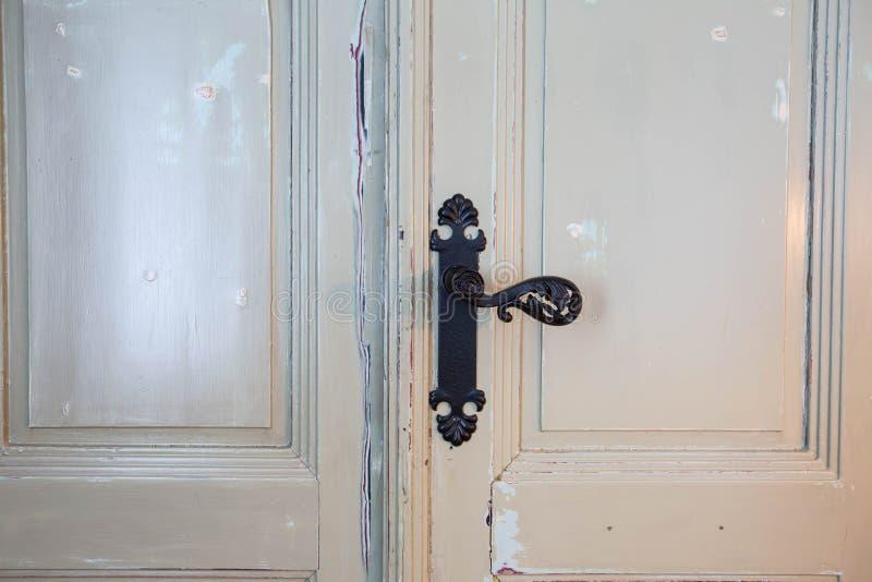 Antik gammal trädörr för tappning med svart lyxig design för dörrhandtag royaltyfri foto