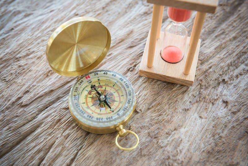 Antik guld- kompass på wood bakgrund som är begreppsmässig av global t fotografering för bildbyråer