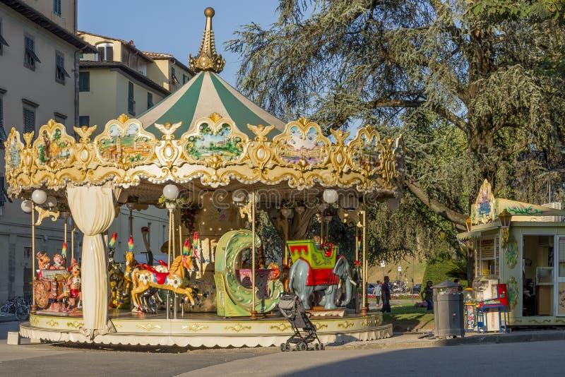 Antik karusell för barn` s i den historiska mitten av Lucca, Tuscany, Italien arkivfoto