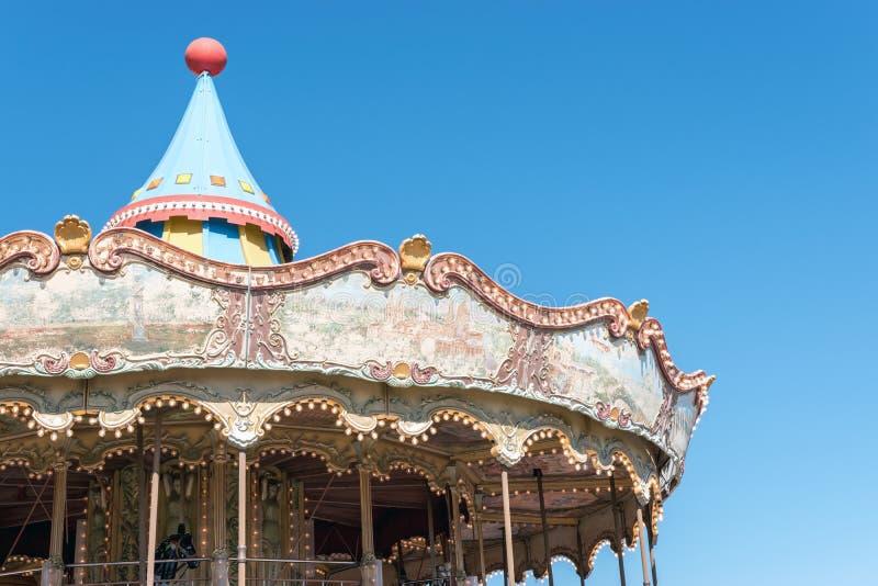 Antik karusell i nöjesfältet på bakgrund av blå himmel royaltyfri bild