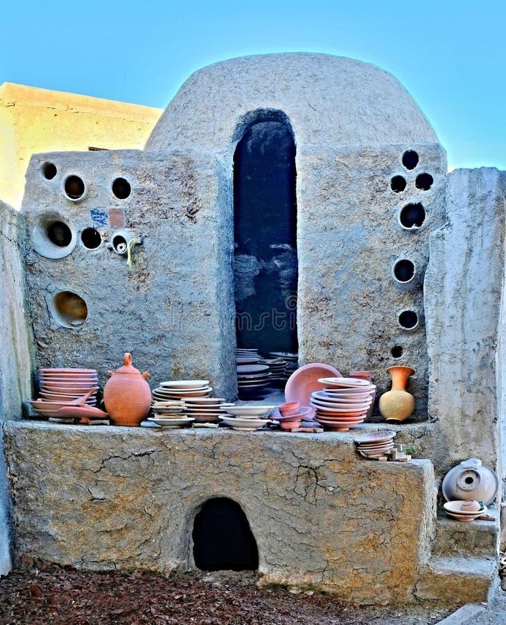 Antik krukmakeribrännugn för framställning och att avfyra av olik keramiska och lergodsdisk som göras av lera i staden av Fez i M arkivbild