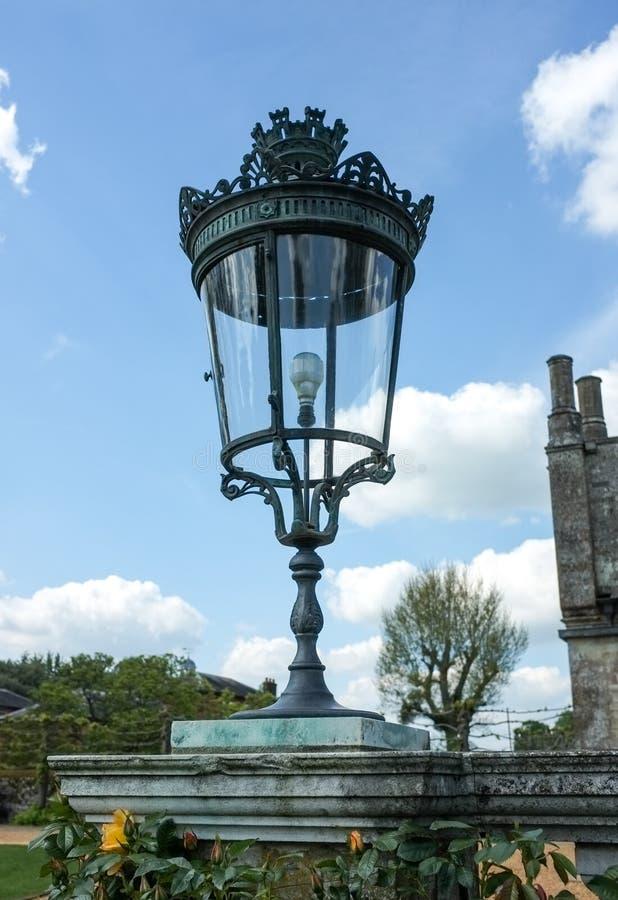 Antik lampa på sockel fotografering för bildbyråer