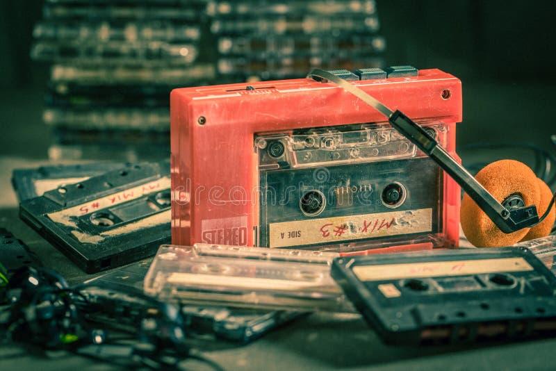 Antik ljudkassett med walkmanen och hörlurar arkivbilder