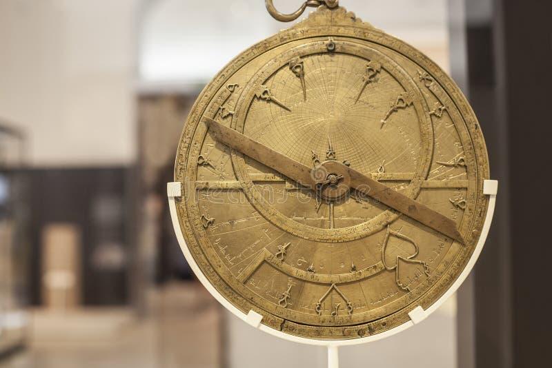 Antik mässingsastrolabium royaltyfri bild