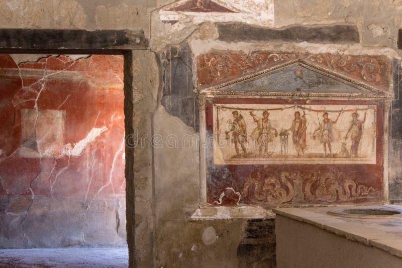 Antik målningkonst Forntida freskomålning i krogbyggnad i Pompeii, Italien Härlig retro garnering i roman kök fördärvar ital arkivfoto