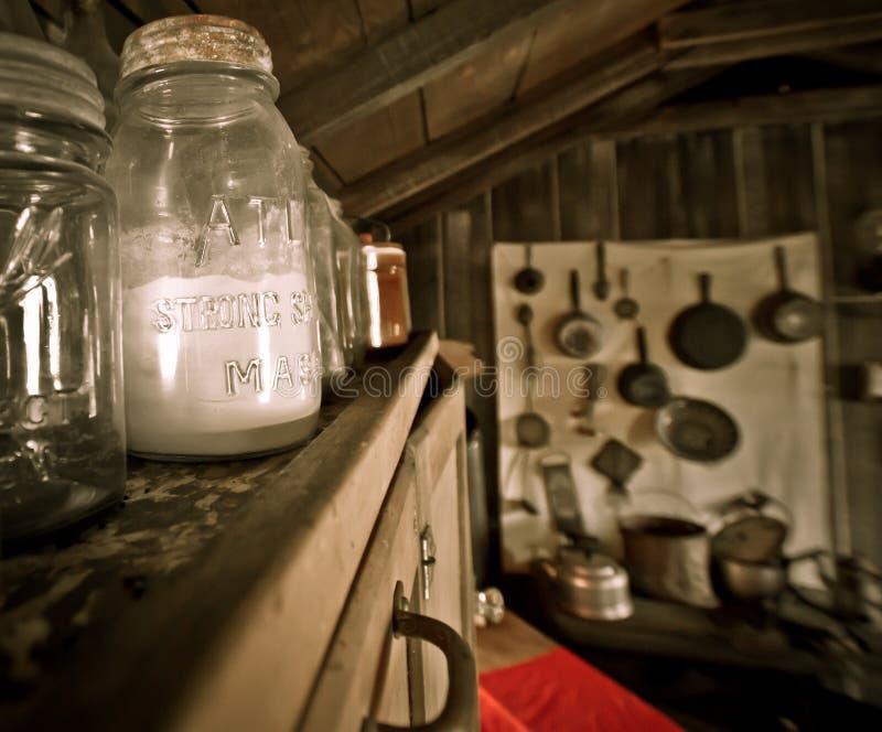 Antik MasonJar i en gammal kabin royaltyfria bilder