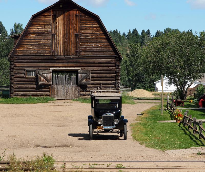 Antik modell Ford With Wooden Barn arkivfoto