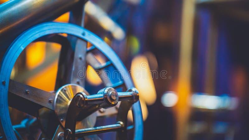 Antik nautisk stålhjulmaskin royaltyfri fotografi
