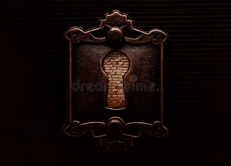 Antik nyckelhål med brickwall som blockerar den arkivbilder