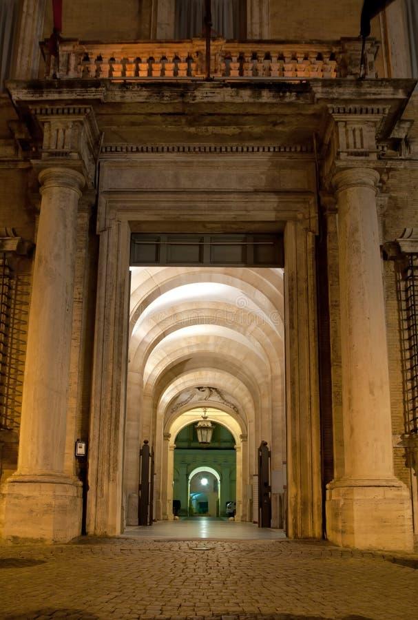 Antik passage vid natt i Rome, Italien