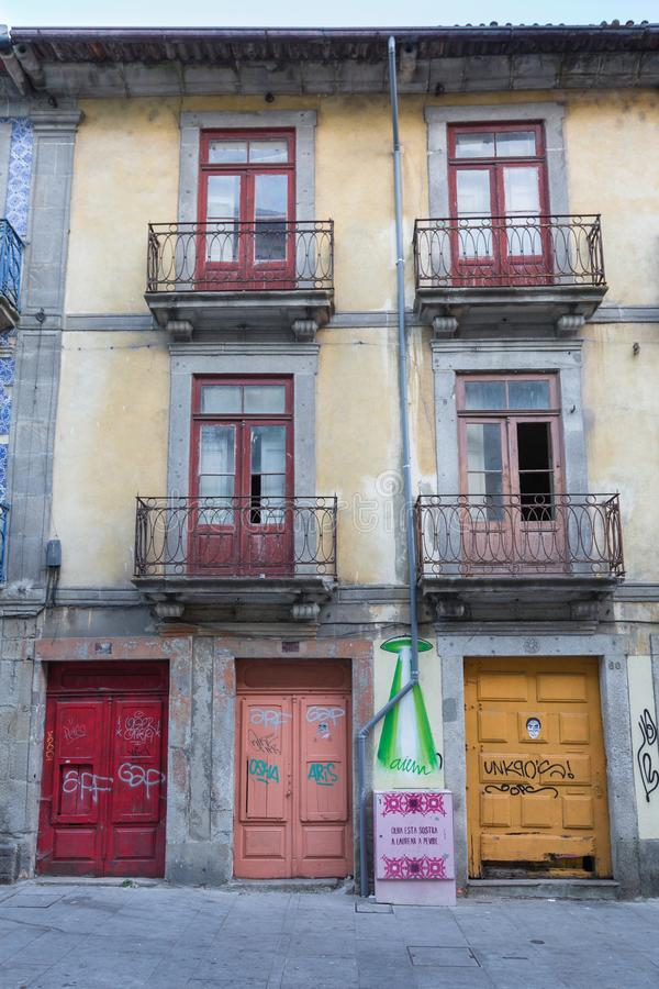 Antik portugisisk arkitektur: Gamla färgrika dörrar, fasad och handstilar - Portugal fotografering för bildbyråer