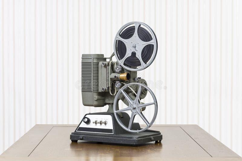 Antik projektor för hem- film på trätabellen royaltyfria foton