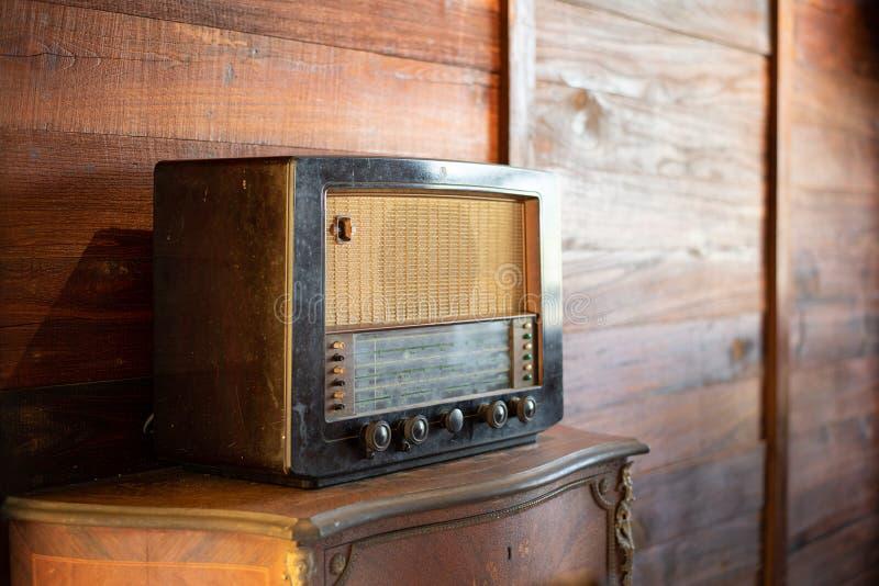 Antik radio på träbakgrund royaltyfri bild