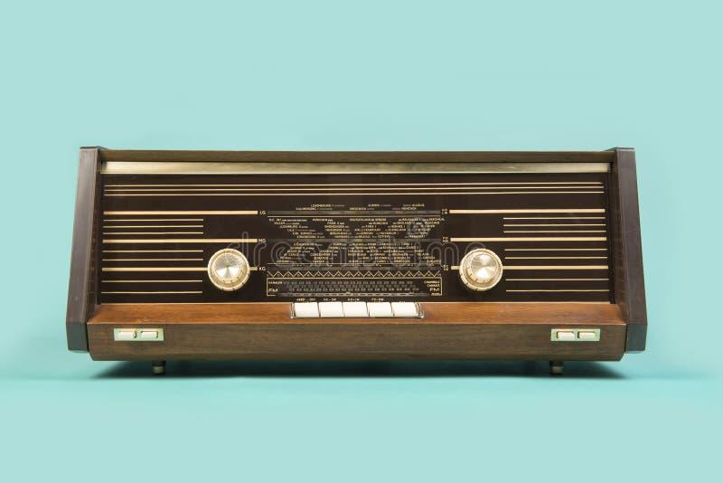 Antik retro radio på en turkosblåttbakgrund royaltyfri bild