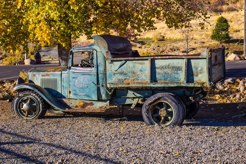 Antik Rusty Dump Truck In Early morgon arkivfoto