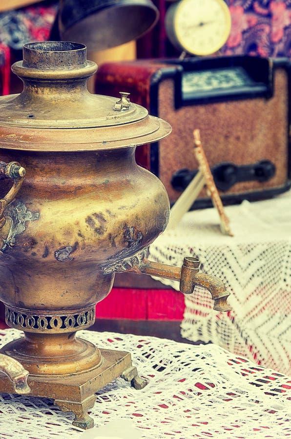 Antik samovar för gamla retro objekt för varmt te på tabellen, effekt för stil för tappningbild retro arkivfoto