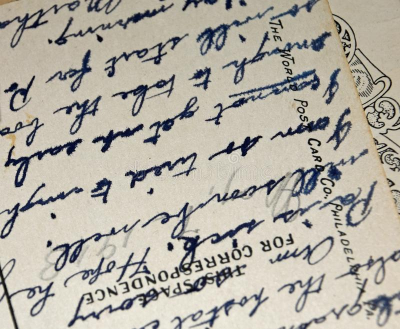 Antik skrift f?r tappninghandskrift p? vykortet royaltyfri bild