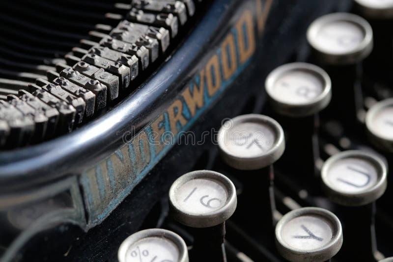 Antik skrivmaskin från det 20th århundradet för början på branschutställningen i en konstgalleri royaltyfri fotografi