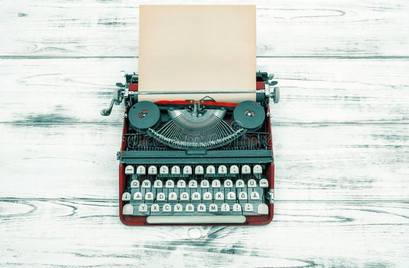 Antik skrivmaskin på trätabellen tappning för stil för illustrationlilja röd royaltyfri foto