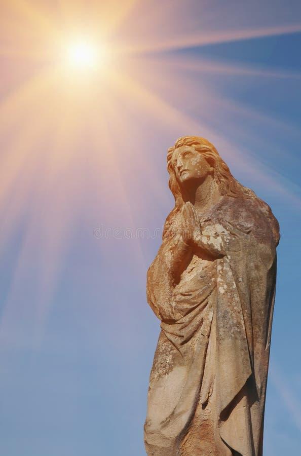 Antik staty av Mary Magdalene att be fragment arkivfoton