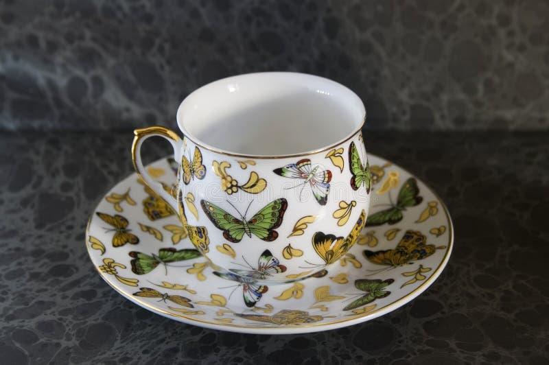 antik teacup för bakgrundsfjärilsdark royaltyfria foton