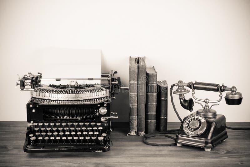 Antik telefon och skrivmaskin royaltyfri foto