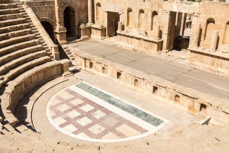 antik theatre I forntida romersk stad av Jerash Jordanien arkivbild