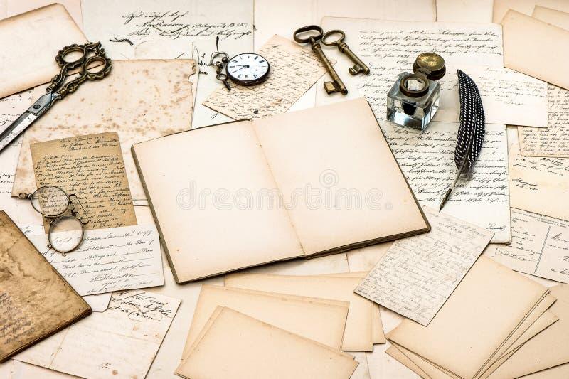 Antik tillbehör, gamla bokstäver, dagbokbok och tappningbläckpenna royaltyfria foton