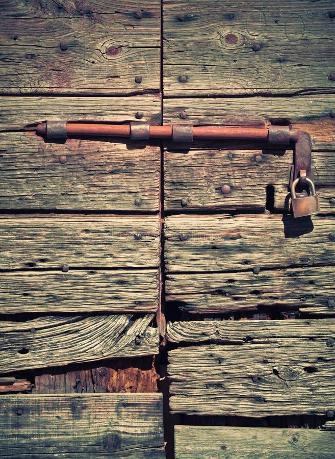 Antik trädörr med låset och hänglåset royaltyfri foto