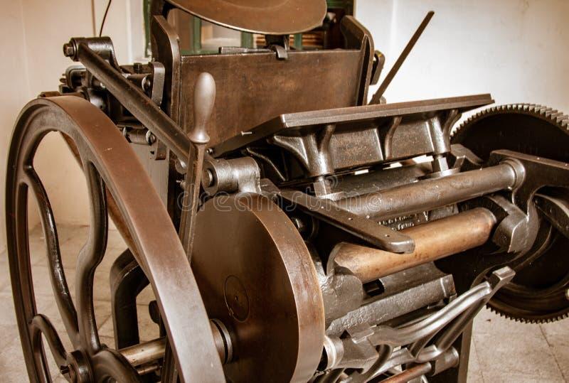 Antik tryckpress som renoveras för skärm royaltyfri bild