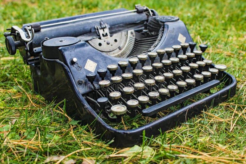 Antik tysk skrivmaskin för gammal tappning royaltyfri bild