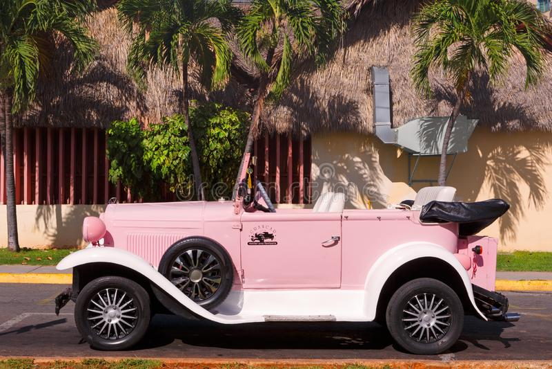 Antik uthyrnings- konvertibel bil i Kuba arkivfoton