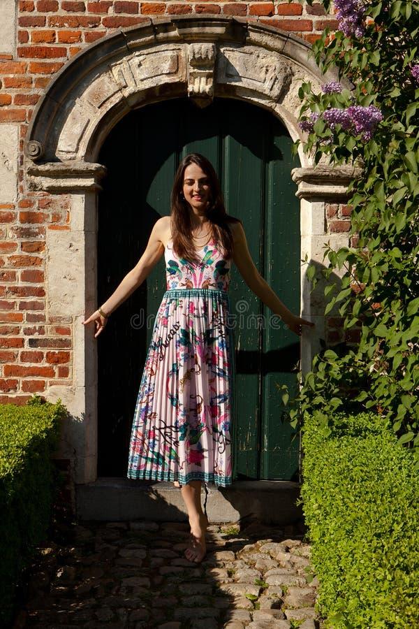 Antik väggdörr för flicka, Groot Begijnhof, Leuven, Belgien royaltyfria bilder
