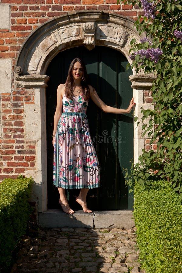 Antik väggdörr för kvinna, Groot Begijnhof, Leuven, Belgien royaltyfria bilder